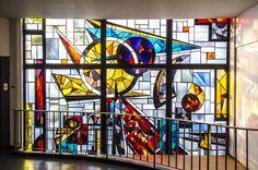 #Kiel Eine abstrakte Bilderwelt aus runden, dreieckigen und rechteckigen Elementen in Rot-, Blau- Gelbtönen kennzeichnet das Bleiglasfenster, dasals Kunst am Bau in der 1956–1959 erbauten Hals-, Nasen-,...