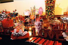 Que tal enfeitar a sua festa com um candy bar estiloso? São mesas, cheias de balas, pirulitos e chocolates, podem ficar super bonitas se decoradas com caixas, potinhos e enfeites fofos.