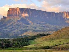 1. O Monte Roraima, na divisa do Brasil com a Venezuela, é considerado uma das formações geológicas mais antigas que se tem notícia, onde se abrigam espécies de flora e fauna que não são encontradas em nenhum outro lugar. A escalada até o topo tem duração de dois dias