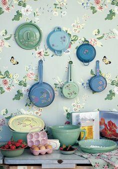 Papel de parede e panelas coloridas podem decorar de forma criativa a sua cozinha ; Decor, Shabby Chic, Retro, Vintage House, Shabby, Vintage Kitchen, Inspiration, Green Home Decor, Vintage
