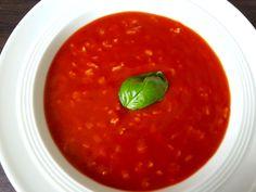 Schnelle Tomatensuppe mit Reis: Für den Hunger zwischendurch und wenn es mal schnell gehen muss! Das Rezept findet ihr hier: http://www.leicht-essen.de/schnelle-tomatensuppe-mit-reis/