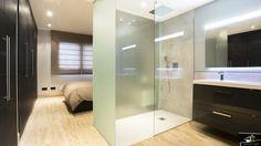 Tabiques traslúcidos en plato de ducha: Baños de estilo minimalista de Estudio de Arquitectura e Interiorismo Glass Bathroom Door, Smart Design, Recherche Google, Home Improvement, Madrid, Bathtub, Shower, Mirror, Furniture
