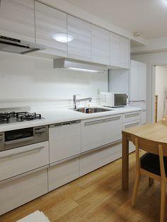白の鏡面木目にお料理の彩りもより華やかに Kitchen, Table, Furniture, Home Decor, Cooking, Decoration Home, Room Decor, Kitchens, Tables