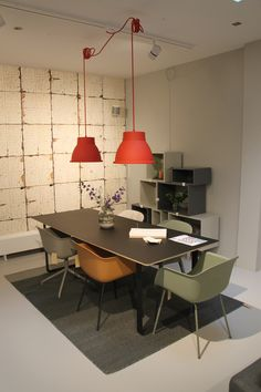 Muuto eethoek; Muuto Fiber Chairs, Stacked kast, 70/70 tafel, Studio lamp, Elevated vaas, Varjo kleed, Wallpaper Brooklyn tins 02 NLXL