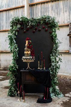 Wedding cake display black wedding Black and gold wedding inspiration Trendy Wedding, Gold Wedding, Dream Wedding, Wedding Black, Black Weddings, Wedding Reception, Wedding Venues, Reception Backdrop, Backdrop Ideas