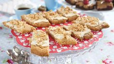 Vansinnigt goda och suveränt lättgjorda. Toppingen med jordnötter och vit choklad är en perfekt smakkombo till kolasnitten. Som en bakelse i småkaksformat!