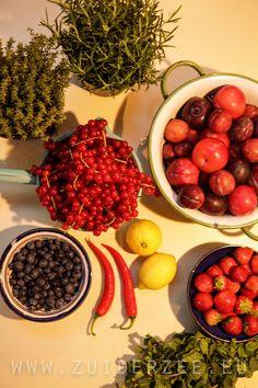 Zó ziet het 'the making of' onze huisgemaaktje jammetjes er uit. De jam kun je proeven als je met ons meezeilt en een picknickmand bestelt. Super lekkere combi's met tijm, rozemarijn, rode peper, aarbeien, nectarines en bessen! #inmaken #koken #seizoen Foto: Pilou Ronchetti - www.zuiderzee.eu