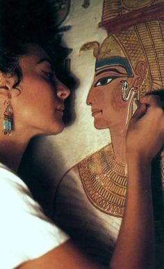 Italian conservator Lorenza D'Alessandro restoring a mural of the Egyptian Queen Nefertari. Ancient Art, Ancient Egypt, Ancient History, Egyptian Queen, Egyptian Art, Luxor, Queen Nefertari, Egypt Museum, Egyptian Mythology