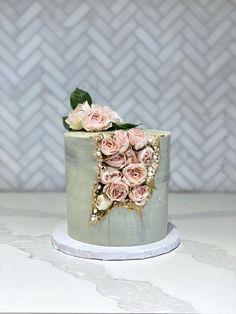 Geode cake with roses (buttercream) Beautiful Cake Designs, Beautiful Cakes, Amazing Cakes, Elegant Birthday Cakes, Beautiful Birthday Cakes, Bolo Floral, Floral Cake, Gateau Baby Shower, Kreative Desserts
