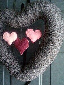 Corona con lana y corazones