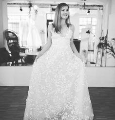 Im 3D Blumenrausch 🌺 Wie der Name, so das Kleid - Petunia von @alenaleenabridal By the way, unser Sale läuft noch bis Ende Mai weiter. Also wer's gerne spontan mag, schaut doch vorbei und schreibt mir über info@experinate.com Habt nen schönen Sonntag 😘👋 #authenticandemotionalbeauty #experinate #3dspitze  #keepmoving #kurzentschlossen #spontanehochzeit  #bridetobe2021 #brautkleider #wedding #weddingdress #bohohochzeit #stuttgart  #braut #brautmodengeschäft #brautmode #brautkleid… Lace Wedding, Wedding Dresses, Mai, Pop Up, Bridal, Store, Fashion, Happy Sunday, Stuttgart