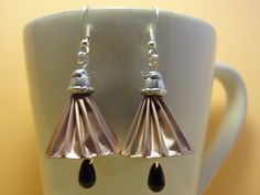 Boucles d'oreilles en capsules de café nespresso forme clochette rose pâle, sommet argenté.