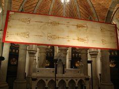 Em Turim, a Igreja Católica vela o pano que cobriu o corpo de Jesus Cristo, quando retirado da cruz. Nele há uma figura que seria o c...