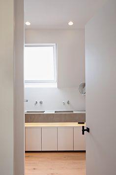 Clou - Wash Me spiegel in planchet en dubbele wastafel op lage ...