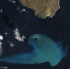 """mejor """"imagen del año 2013"""" de la NASA ... Foto de la Isla de El Hierro -Canarias-  tomada por el satélite """"Aqua"""" de la NASA (el 10.feb.2012) Volcán submarino de El Hierro /  justo cuatro meses después de que se iniciara la actividad volcánica... ... y muestra el lugar de la erupción, cerca del pueblo pesquero de La Restinga ."""