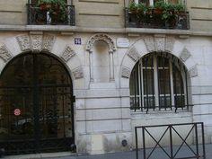 """Maison natale de Marcel Proust – 96 rue La Fontaine, Paris XVIe. """"Marcel Proust est né le 10 juillet 1871 dans la maison de son grand-oncle Louis Weil. Il y passe ensuite souvent ses printemps et ses étés jusqu'à la mort de Louis en 1896. La maison est alors démolie en 1897. Cette plaque est donc tout à fait symbolique."""" Photo by Yvette Gauthier."""