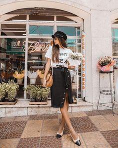 Look do dia para as reuniões aqui em São Paulo porque eu sou uma mulher de negócios. Composto por uma saia preta com botões, t-shirt, slingack e boina. #lookdodia Instagram: @viihrocha