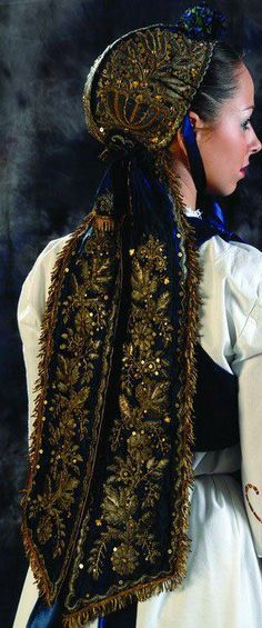 Банат (Северна Србија) / Serbian folk costume from Banat (Northern #Serbia) kapa ZLATARA bride / nevesta * Značenja najčešće korišćenih ornamenata na kapama: ruža ~ označava devojku , list hrasta ~snagu ,krst ~blagostanje posle muka,  zvezda~radost , ljiljan ~junaštvo , oko i  venac sreću ,žir zdravlje  , karanfil ~srećnu ljubav
