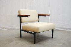 SOLD / Bijzondere fauteuil, model Luiks sz32/sz64 van Martin Visser voor #Spectrum, collectie 1958-1959. Zwart metalen onderstel van vierkante buizen met houten armleggers en een crème witte gestoffeerde zitting en rugleuning. Zeldzaam model.