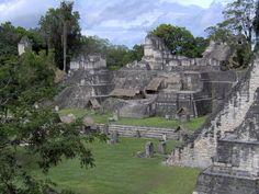 Guatemala 02 Parque Nacional de Tikal  Situado en el corazón de una selva de vegetación lujuriante, Tikal es uno de los sitios más importantes de la civilización maya. Fue habitado desde el siglo VI a.C. hasta el siglo X d.C. Su centro ceremonial comprende templos y palacios soberbios, así como plazas públicas a las que se accedía por rampas. En sus alrededores hay vestigios diseminados de viviendas.
