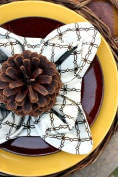 Sweet Something Designs: Charlie Brown Thanksgiving -- easy napkin fold -- like the pine cone on it