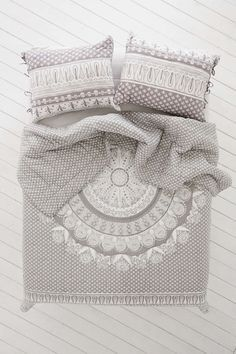 Magical Thinking Mehendi Medallion Quilt - Urban Outfitters