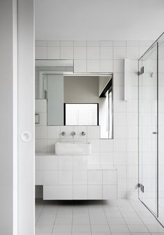 White exterior Bathroom - Andrew Maynard's Tower House Is Made Up Of Seven Small Blocks Bathroom Interior, Kitchen Interior, Modern Bathroom, Interior Livingroom, Minimalist Bathroom, White Bathroom, Bad Inspiration, Bathroom Inspiration, Mirrors