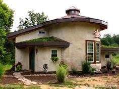 Esta es una de la colección de nueve casas naturales construidas por inspiradoras mujeres. Puedes ver cada una de ellas y seguir los enlaces a sus páginas web en www.naturalhomes.org/es/homes/natural-building-women.htm