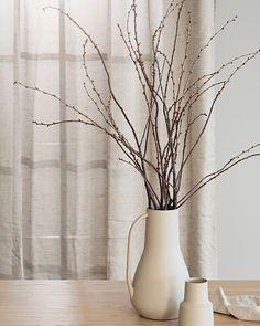 Är ni duktiga på att kunna se det vackra i det lilla? Kunna njuta av de små stunderna av lycka och njuta trots att livet sveper förbi i en rasande fart och all oro som finns runtomkring oss idag? Det är verkligen inte lätt men vi gör vårat bästa Scandinavian Living, Vase, Home Decor, Decoration Home, Room Decor, Flower Vases, Interior Design, Vases, Home Interiors