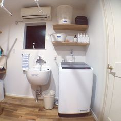 女性で、4LDKの平屋/スロップシンク/マーチソンヒューム/フレディレック/ナスタ/室内干し…などについてのインテリア実例を紹介。「クローゼット&洗濯室。 スロップシンク便利です‼︎ この部屋で、洗う→干す→たたむ→しまう(夫と子供2人分)が完了。横にはアイロンかけやミシン用にカウンターも設置済みです◡̈」(この写真は 2016-09-09 08:51:03 に共有されました) Bathroom Toilets, Washroom, Japanese Kitchen, Kitchen Organization, Washer And Dryer, Laundry Room, Ideal Home, New Homes, Room Decor