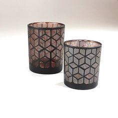 Smukke sorte stager til fyrfadslys eller små bloklys. Indvendigt er de kobberfarvede, hvilket giver et flot skær, når de tændes. Find dem her http://mystone.dk/butik/pynteting/lysestage-ais-sortkobber/