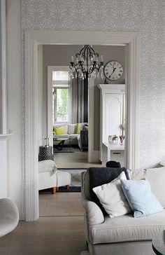 Hullaannu ja hurmaannu: Ystävän olohuoneessa Oversized Mirror, Furniture, Home Decor, Decoration Home, Room Decor, Home Furniture, Interior Design, Home Interiors, Interior Decorating