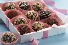 Υπέροχα σοκολατάκια με ζαχαρούχο γάλα, σταφίδες και ρούμι. Μια εύκολη συνταγή για να απολαύσετε τα τέλεια σοκολατάκια σε όλες τις οικογενειακές συγκεντρώσε