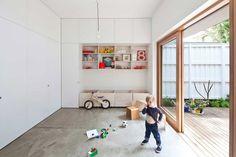 Dům Eadie v Sydney - interiér v kombinaci bílé barvy a překližky