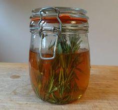 Rosemary and Nettle Vinegar Hair Rinse Vinegar Hair Rinse, Vinegar For Hair, Raw Apple Cider Vinegar, Korn, Herbal Remedies, Herbalism, Ale, Herbs, Natural Hair