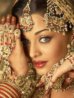 Bharatanatyam has given a lot to the field of Bollywood . The Bollywood dancing style holds so much of Bharatanatyam flavour in it. Many bharatanatyam mudras have been used in many bollywood dances… Bollywood Sari, Bollywood Fashion, Bollywood Makeup, Bollywood Photos, Bollywood Style, Actress Aishwarya Rai, Aishwarya Rai Bachchan, Bollywood Actress, Hindi Actress