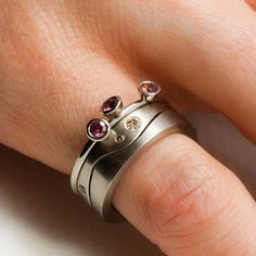 Petronella Eriksson: Vigselringarna i vitguld fick sällskap av en ring med en etisk safir för varje barn. Wedding rings in white gold was jo...