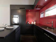 cocina negra con salpicadero rojo