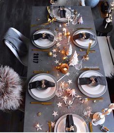 51 Impressive New Years Eve Table Settings Ideas To Inspire You - Looking for a fun idea to had some activity to a New Years Eve Party? It is fun, and gets everyone interacting and laughing while waiting to ring in t. New Years Eve Decorations, Party Table Decorations, Christmas Table Decorations, Decoration Table, New Years Eve Dinner, New Years Party, Black Christmas, Noel Christmas, Xmas