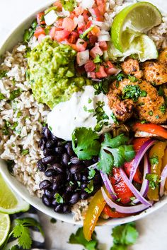 These fajita burrito bowls are ideal for meal prepping! Taking cues from Chipotle's burrito bowl, we like to pile everything up high making for one delicious prep ahead meal! Healthy Dinner Recipes, Mexican Food Recipes, Cooking Recipes, Cooking Tips, Budda Bowl Recipe, Chicken Fajita Bowl, Fajita Bowls, Fajita Bowl Recipe, Chicken Fajitas Salad