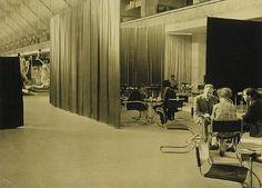 """Lilly Reich, Ludwig Mies van der Rohe: Cafe Samt Seide im Rahmen der Ausstellung """"Die Mode der Dame"""". Berlin. 1927."""