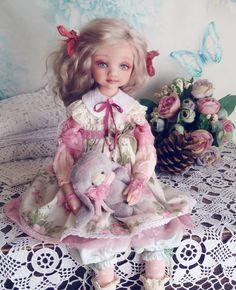 Сказали бы мне лет 10назад, что куклы будут со мной жить каждый день я бы не поверила.   У меня дома даже пупсика не было. Родился сын, дома из игрушек были машины, кубики,лото,медведи плюшевые К медведям я давно неравнодушна,а вот куклы пришли в дом только после рождения второго сына.   Сейчас появилась такая хорошая полочка с куклами из детства. Одну куколку нашла в лесу ,муж цыкал и говорил -зачем тебе это?нет там ничего!!! Но все равно вез меня на поиски и сколько радости было от ...