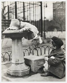 Two children at a water fountain. New York City, PHOTO: Berenice Abbott Vintage Photographs, Vintage Photos, Great Photos, Old Photos, Berenice Abbott, Pics Art, Gravure, The Good Old Days, Vintage Children