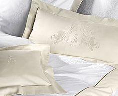 KLvB goldene Damast Kissenbezüge bestickt mit dem Siegel König Ludwigs, oder dem Königlichen Doppellöwen. Jeder Bezug ist höchst aufwendig handgenäht.