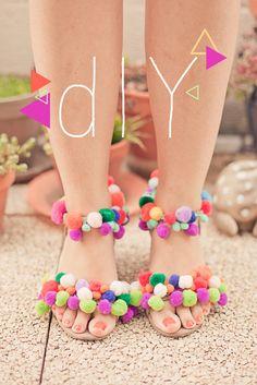 the pompoms shoes DIY / sandales de pompons - cool!