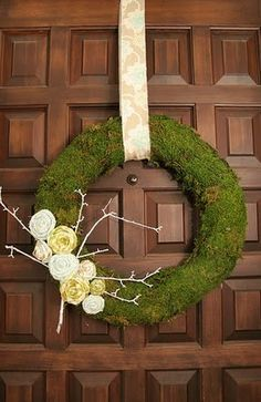 spring wreath tutorial - moss wreath with fabric flowers Diy Spring Wreath, Diy Wreath, Wreath Ideas, Spring Crafts, Wreath Making, Stick Wreath, Tulle Wreath, Winter Wreaths, Wreath Crafts