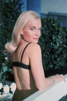 Shirley Eaton joue Jill Masterson dans Goldfinger en 1964.