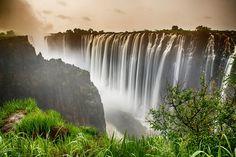 Connaissez-vous Victoria Falls, le plus grand rideau d'eau du monde? Il constitue une vraie merveille naturelle à découvrir.Zambie et le Zimbabwe