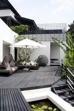 moderne terrassengestaltung elegant ausgefallene außenmöbel sonnenschirm