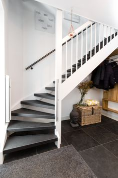 Open trap dubbelzijdig bekleed met Solid Black Source by ernalise Black Stairs, Open Stairs, House Design, Open Trap, Small Entryways, Painted Stairs, Interior Stairs, House Stairs, Logs